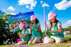 Um grupo de cinco escoteiras participou do evento oficial que deu início a construção da nova área temática denominada Heartlake City. Após retirarem alguns tijolinhos de Lego as meninas encontraram trevos de quatro folhas (também de Lego) bem a tempo para celebração do St. Patrick's...