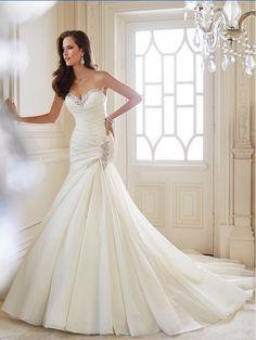 Prachtige prinsessen, sisi, ballroom stijl bruidsjurk gemaakt van organza. De top heeft korte mouwen en heeft een mooie v-hals halslijn welke mooi bewerkt is. De jurk wordt helemaal op de hand en op maat gemaakt.