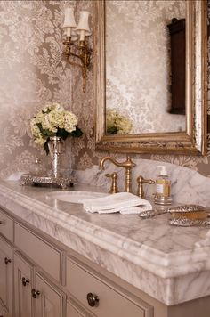 Idea-check: no loud colors in the bathroom, natural materials, a discreet mirror, no fuzzy deco-items.
