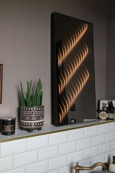 (Enthält Werbung) Spiegel zählen seit jeher zu den wichtigsten Gestaltungselementen im Zuhause: Sie schenken Räumen Weite und Helligkeit, reflektieren Lichtstrahlen und schaffen so Spannung und Dimension. Dass ein Spiegel aber auch für atmosphärisches Licht sorgen und sich per Knopfdruck in ein skulpturales Dekoelement verwandeln kann, zeigt der Wandspiegel von ETTLIN LUX. . . Foto: Nikolay Kazakov . . @ettlin_lux #interiorinspiration #interiorstyle #wohnraumliebe #interiordetails #solebich Blinds, Wall Lights, Curtains, Mirror, Home Decor, Classic Mirrors, Indirect Lighting, Light Design, Mirror Glass