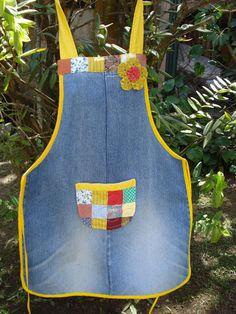 Avental em jeans reutilizados - Veil Tutorial and Ideas Jean Crafts, Denim Crafts, Artisanats Denim, Jean Apron, Cute Aprons, Denim Ideas, Sewing Aprons, Kids Apron, Aprons Vintage