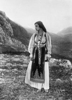 """(Nelly's) Femme en costume traditionnel grec lors des deuxièmes """"fêtes delphiques""""mai 1930 Mai, Greek Dress, Women In Suits"""