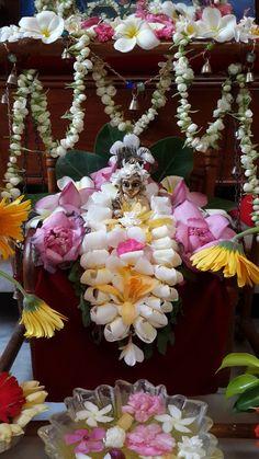 Gopal Lord Krishna Images, Radha Krishna Pictures, Krishna Photos, Diwali Decorations, Festival Decorations, Flower Decorations, Rangoli Designs Flower, Flower Rangoli, Lord Krishna Wallpapers