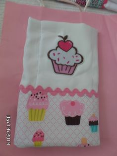pañito para bebe decorado en tela de cupcakes