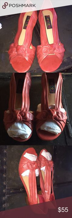 So sweet! Everbody by BZ Moda Nordstroms Very nice! Gently loved sandles. Everybody by BZ Moda. From Nordstroms. Size 8 reddish brown. Lovely color! Leather foot and leather lining. man made sole. Show only minor wear on soles. See photos. Everybody by BZ Moda Shoes Sandals