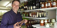 Wie im Schlaraffenland: In einer Garage in Buchheim lagert Alexander Krause die Spezialitäten, die er online verkauft. Manchmal empfängt er dort aber auch Besucher.