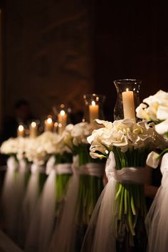 A composição das flores brancas com as velas nos remetem aos contos de fadas. Tudo branco, iluminado, digno de princesa.