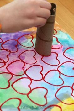 Paper roll heart shape painting. Kids can use this technique to make Valentine's Day cards. Great for toddlers and preschoolers. (Astuce Pour)