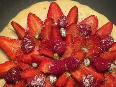 Un biscuit macaron et crème mousseline à la pistache avec des fruits rouges selon une recette de la Maison Ladurée sur www.toutpareiletsansgluten.fr