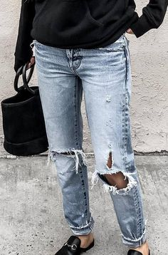 street style obsession / black sweatshirt + bag + boyfriend jeans