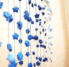 ブルーのラッキースターが連なって、まるで本物の星空のようですね。壁に沿って飾ったり、のれんのように空間を区切るのにも使えそう。アイデア次第で形が変わるというのは便利ですよね。