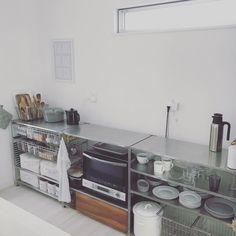 いつも整理整頓されたキッチンは主婦の憧れ♡ですが、実際はごちゃごちゃしているご家庭が多いのでは?無印良品のシンプルなアイテムを使えばキッチンをおしゃれで使いやすくできるんです。今回は見た目もすっきり、おしゃれなキッチン収納術をご紹介します。