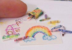 Miniaturas para casa de muñecas. Lápices de colores y dibujo.