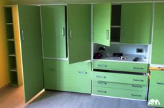 Cameretta per bambini di colore verde realizzata per una mansarda a Roma.