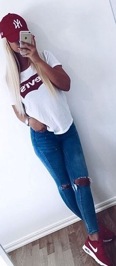 sporty style outfit idea t shirt + rips + sneakers