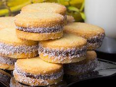 Biscuiți delicioși cu cremă și fulgi de cocos – 10 minute pentru a savura cei mai savuroși biscuiți! Romanian Desserts, Food Categories, Doughnut, Biscuit, Hamburger, Sweet Treats, Muffin, Vegetarian, Bread
