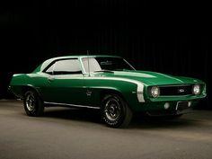 La camaro même en vert cette voiture est trop parfaite :*