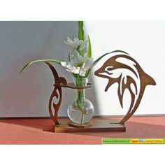 Soliflore en bois découpé, teinté et vernis. Hauteur environ 15cm. Epaisseur 3m/m. Peut être utilisé comme diffuseur de parfum.