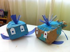 Whale Craft - Paint a brown paper bag. Once dry, stuff paper bag with newspaper. Tie bag closed using a twist tie or curling ribbon. Glue whale body parts onto paper bag. Add sequins onto eye cut outs or have child color eyes with markers. Preschool Projects, Preschool Crafts, Craft Projects, Craft Ideas, Toddler Crafts, Crafts For Kids, Toddler Art, Under The Sea Crafts, Whale Crafts