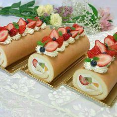 Gourmet Desserts, Dessert Recipes, Swiss Roll Cakes, Cake Roll Recipes, Log Cake, Bakery Recipes, Cafe Food, Cake Shop, Cute Cakes