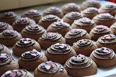 Pätkis pikkuleivät (noin 50 kpl) 100g voita tai marg 3/4 dl sokeria 3/4 dl fariinisokeria 1 muna 3 dl vehnäjauhoja 1/2 tl soodaa 1/2 tl leivi... Sweet Bakery, No Bake Cookies, Healthy Treats, Vegan Desserts, Mini Cupcakes, Food And Drink, Sweets, Snacks, Baking