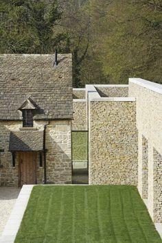 Beau mélange de style: pierres pour l'ancien et briques pour le moderne.