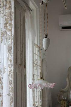 「アンティーク照明 フレンチ アンティーク 薄紫のフリルシェードの滑車式ランプ」ココン・フワット Coconfouato [アンティーク照明&アンティーク家具] イギリスアンティーク・フランスアンティーク・フレンチアンティーク・アンティークシャンデリア・アンティーク家具・アンテ...