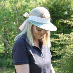 Bescherm uw gezicht tegen de zon met een grote zonneklep. De genaaide band kan je op maat strikken, zodat de klep goed blijft zitten.