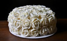 Yammie's Noshery: Buttercream Roses With Video Tutorial. Want to try this on cupcakes
