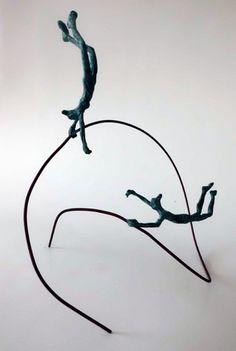 Escultura Twins De Bronce Escultura de dos figuras de bronce sobre hilo de cobre.  Vuelan. Es movimiento continuo.  Escultura de sobre mesa, estantería, mesita.  Hecho a...