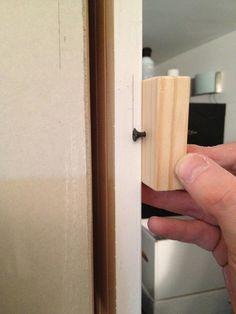 Используя деревянный брусок с закрученным саморезом, вы можете сделать простое устройство для разметки.
