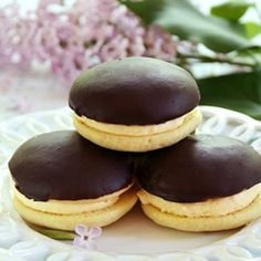 Combine two classic desserts to get something even better than the originals: Boston cream whoopie pies. Macarons, Just Desserts, Delicious Desserts, Boston Cream Pie, Pie Cake, Sandwich Cookies, Desert Recipes, Let Them Eat Cake, Cookie Recipes
