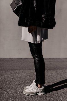 Die Modetrends für 2021 sagen uns bequeme Zeiten voraus und wir haben die Qual der Wahl. Sneaker für den Frühling gibt es viele – am Modeblog stelle ich dir die schönsten und ein Frühlingsoutfit vor. www.whoismocca.com Sneaker Outfits, Outfit Jeans, Sneakers, Cropped Cardigan Sweater, Black Leather Pants, White Sneakers, Flats, Casual Dress Outfits, Sporty