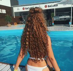 Do you like your wavy hair and do not change it for anything? But it's not always easy to put your curls in value … Need some hairstyle ideas to magnify your wavy hair? Curly Hair Tips, Wavy Hair, Curly Hair Ponytail, 4b Hair, Black Curly Hair, Natural Hair Styles, Long Hair Styles, Long Natural Curls, Long Curls