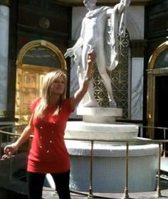 51 Photos of People Having Too Much Fun With Statues Famepace Funny Baby Images, Funny Pictures For Kids, Funny Kids, Fail Pictures, American Funny Videos, Funny Dog Videos, Fun With Statues, Justin Bieber Jokes, Funny Dresses