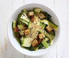 The Vegetarian Diaries: Gurken-Zucchini Salat mit Räuchertofu und Sesam