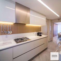 No clima do Ano Novo um Cozinha branca com detalhes em madeira bem do jeitinho que amamos.  Projeto Fernanda Marques. Me encontre também no @pontodecor  HI Snap:  hi.homeidea  www.homeidea.com.br #bloghomeidea #olioliteam #arquitetura #ambiente #archdecor #archdesign #hi #cozinha #homestyle #home #homedecor #pontodecor #homedesign #photooftheday #love #interiordesign #interiores  #picoftheday #decoration #world  #lovedecor #architecture #archlovers #inspiration #project #regram #canalolioli…