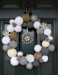 Corona de Navidad rustica con ovillos de hilo