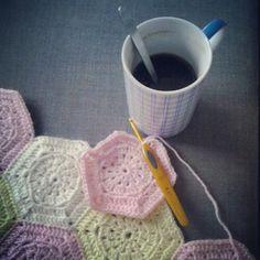 Esagoni ad uncinetto per il tappeto e caffè. Crochet!