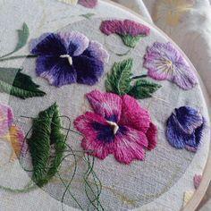 Красивого дня! #hobby #embroidery#homedecor #embroiderydesign #process#details #instaembroidery#ollivin_embroidery #вышивка#своимируками #рукоделие #скатерть #анютиныглазки #моявышивка #творческийпроцесс #мулине #детали#ollivin
