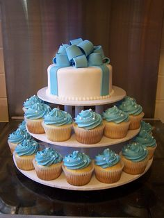 Cinderella cake w/ cupcakes idea Baby Shower Desserts, Baby Shower Parties, Baby Boy Shower, Baby Shower Decorations, Cinderella Cupcakes, Cinderella Birthday, Gateau Baby Shower Garcon, Christening Cupcakes, Cupcakes For Boys