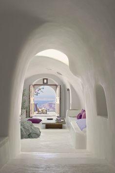 08/08/2013 - Posizionato su un dirupo a strapiombo sull'Egeo, nell'isola di Santorini, sorge il lussuosissimo Perivolas Hotel, disegnato d
