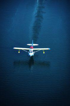 Pilot Edgar 'E.T.' Tello lands his 1947 SeaBee on Lake Norman. #SeaBee #seaplane