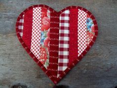 Heart shaped mug rug or mini quilt. Free tutorial for making this pretty patchwork heart! Valentines Mugs, Valentine Crafts, Valentine Heart, Small Quilts, Mini Quilts, Mug Rug Patterns, Quilt Patterns, Strip Quilts, Quilt Blocks