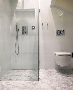 Klinker på golvet hexagoner Ensuite Bathrooms, Small Bathroom, Simply Bathrooms, Minimalist Bathroom, Bathroom Inspo, Home And Deco, Bath Remodel, Carrara, Home Interior