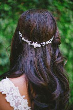 10 peinados para novias con pelolargo | 2. Suelto con complementos - Tocado/Corona