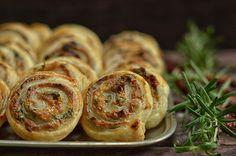 Przekąska z ciasta francuskiego - niebo na talerzu Salty Snacks, Bagel, Finger Foods, Baked Potato, Feta, Sausage, Food And Drink, Appetizers, Cooking