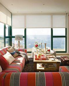 Яркий и светлый двухэтажный домик у моря, где испанская семья проводит свои каникулы.