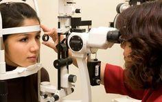 Exame de fundo de olho: a lente colocada em frente ao olho permite focar nas estruturas do fundo do olho (retina e nervo óptico). A dilatação das pupilas pode ser necessária.