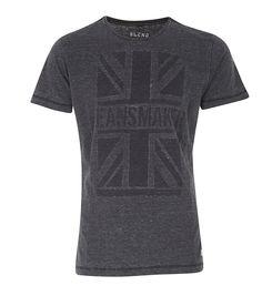 Ein stylisches Line-Up zeigt die skandinavische Marke Blend mit diesem T-Shirt im Retro-Look. Der lässige Vintage-Print erinnert an den letzten Urlaub in Großbritannien. Man kann sich durch den lockeren Fit und angenehmen Sitz allerdings auch in der Heimat rundum wohlfühlen. Der Used Look ist ein idealer Begleiter zu Used-Jeans und angesagten Sneakers, besonders in der Stadt. Ein unkomplizierte...